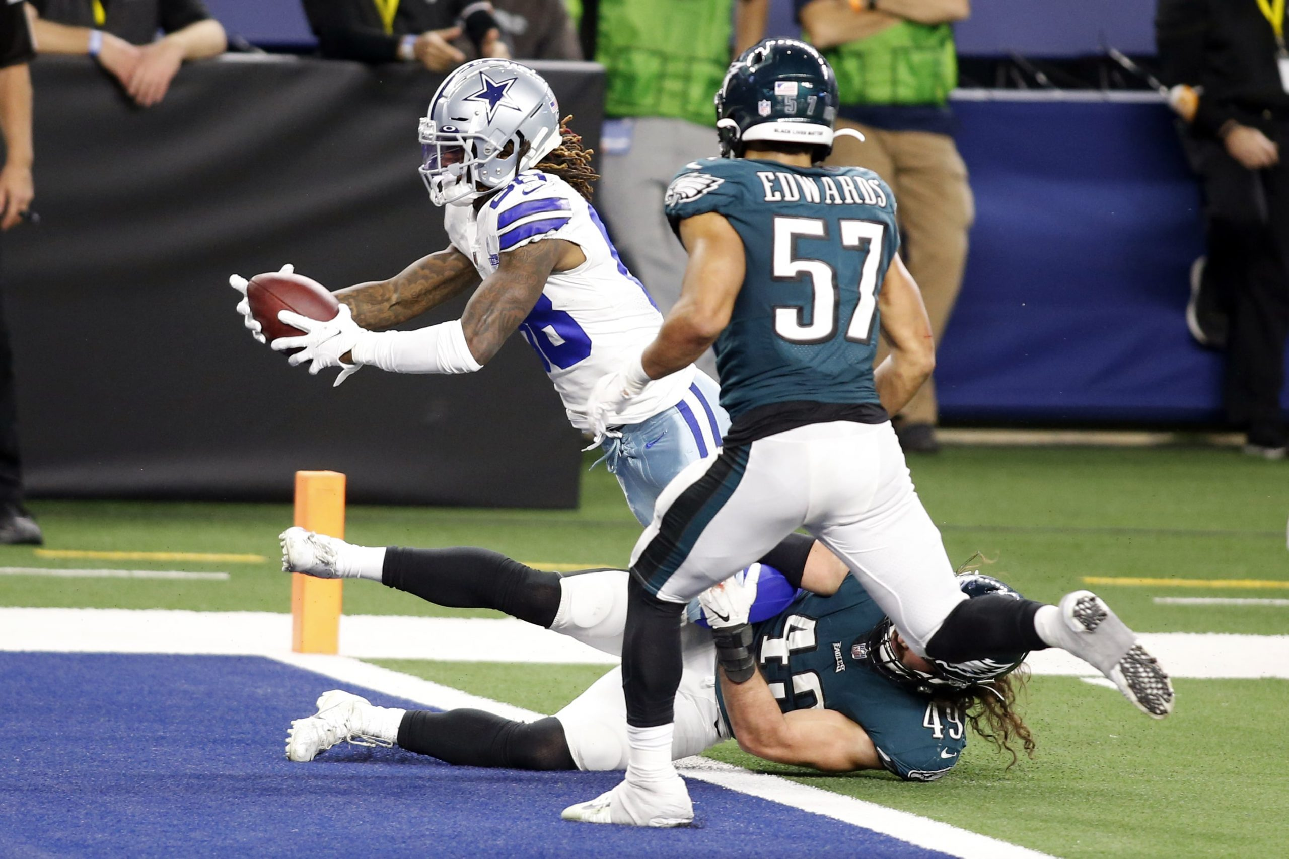 Dallas Cowboys wide receiver CeeDee Lamb (88) runs with the ball for a touchdown in the fourth quarter against Philadelphia Eagles linebacker Alex Singleton (49) at AT&T Stadium.